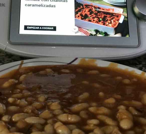 HABAS EN SALSA DE TOMATE CON CHALOTAS CARAMELIZADAS